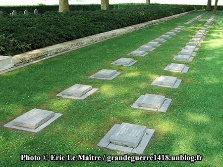 Deux rangées de tombes sans croix