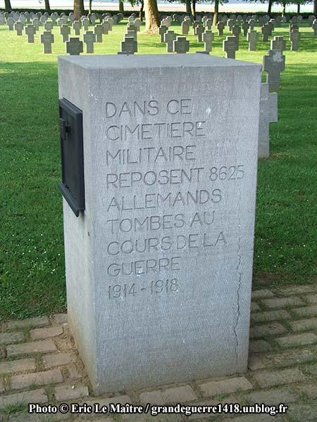 Bloc à l'entrée du cimetière contenant le registre
