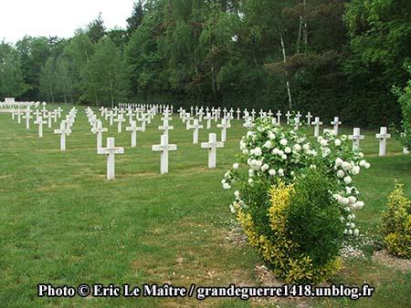 Alignement de tombes au cimetière russe de Saint-Hilaire-le-Grand