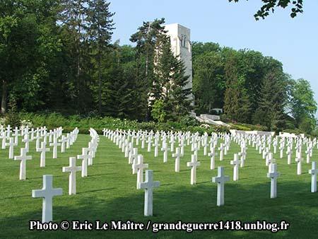 Le cimetière et ses nombreuses croix en marbre blanc