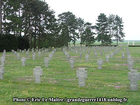 Alignement de tombes au cimetière militaire d'Auberive