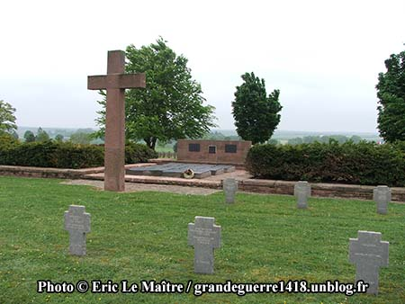 Vue de la croix devant l'ossuaire allemand de Souain