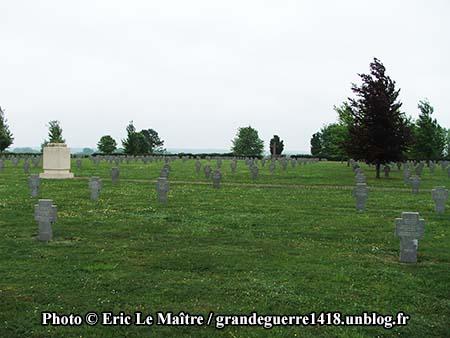 Alignement de tombes au cimetière allemand de Souain