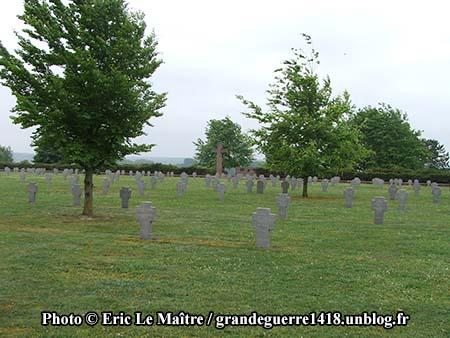 Autre vue d'un alignement de tombes au cimetière allemand de Souain