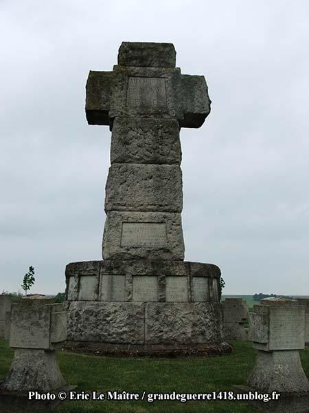 Grande croix au centre de La Nécropole Nationale de Souain 28e Brigade