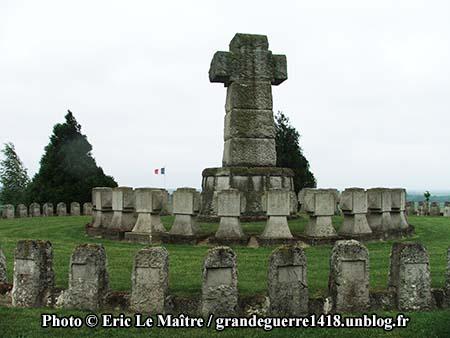 Deux cercles de sépultures entourent le calvaire au centre de La Nécropole Nationale de Souain 28e Brigade