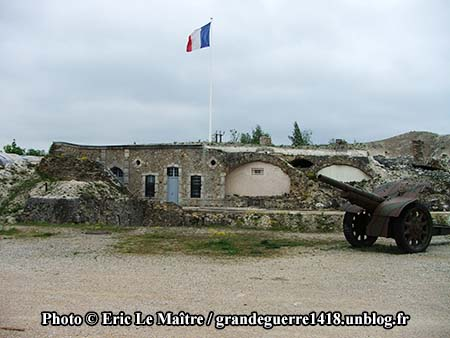 Vue du fort de La Pompelle et d'un canon