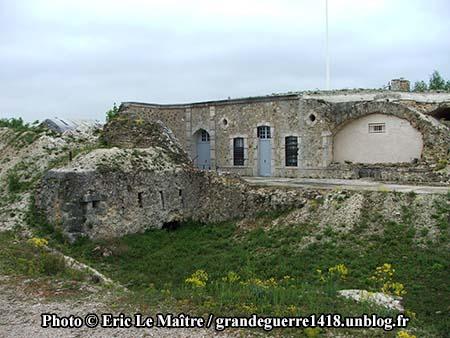 Autre vue du fort de La Pompelle et d'un canon