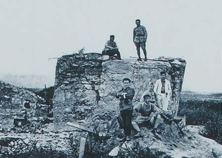 Soldats français sur l'observatoire en béton du fort