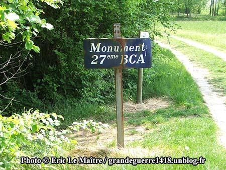 Panneau vous indiquant la fin du chemin d'accès et la proximité du monument du 27e BCA