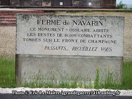 Plaque à l'entrée du monument ossuaire de Navarin