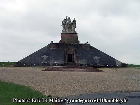 Le monument ossuaire de Navarin vue de face
