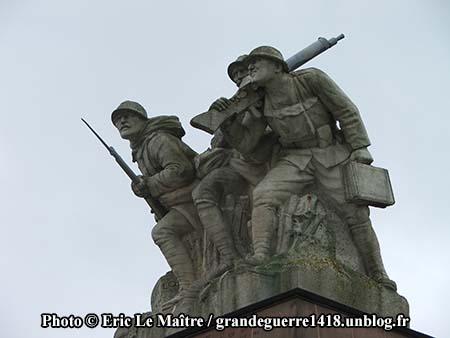 Les statues du monument ossuaire de Navarin vue de profil