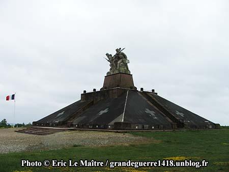 Le monument ossuaire de Navarin vue de profil