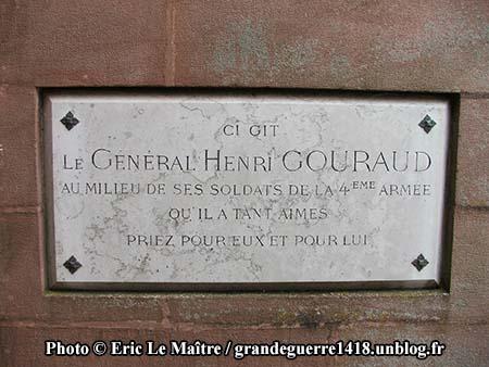 PC Gourgaud au monument ossuaire de Navarin vue de profil