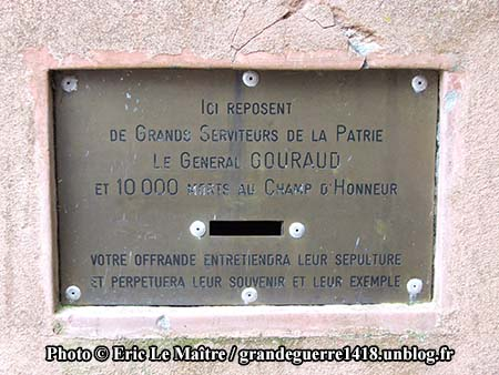 Gourgaud au monument ossuaire de Navarin vue de profil
