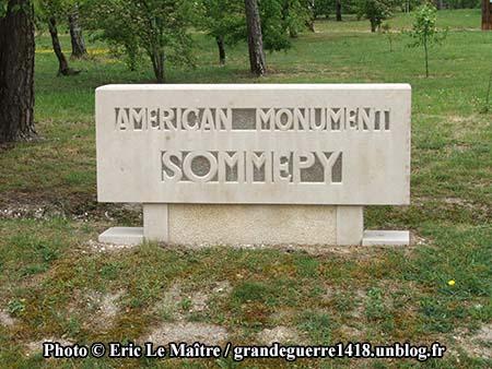 Stèle à l'entrée du site du Blanc Mont