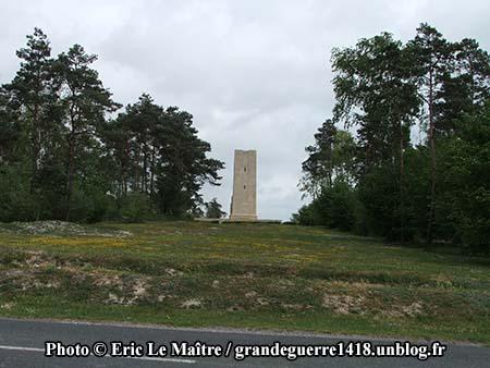 La tour s'élève au sommet de la colline du Blanc Mont