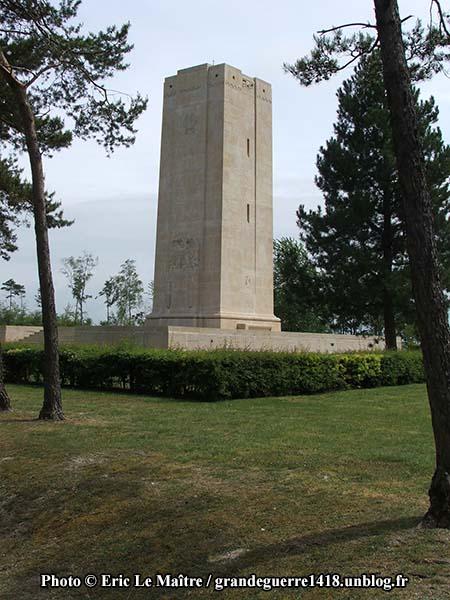 La tour au sommet de la colline du Blanc Mont