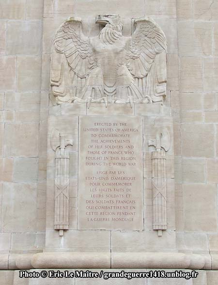 Inscription sur la façade du monument américain