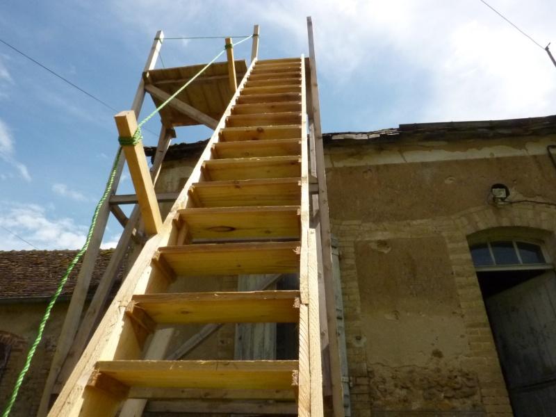 un chafaudage en bois 4m avec escalier pour refaire une toiure. Black Bedroom Furniture Sets. Home Design Ideas