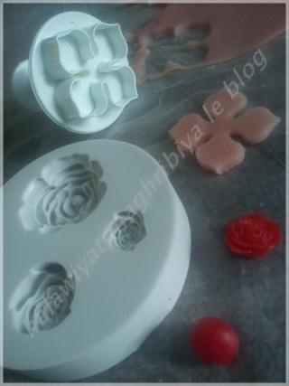 coller les formes sur les makrouts avec un peu de confiture ou de gele - Colorer Pate Amande