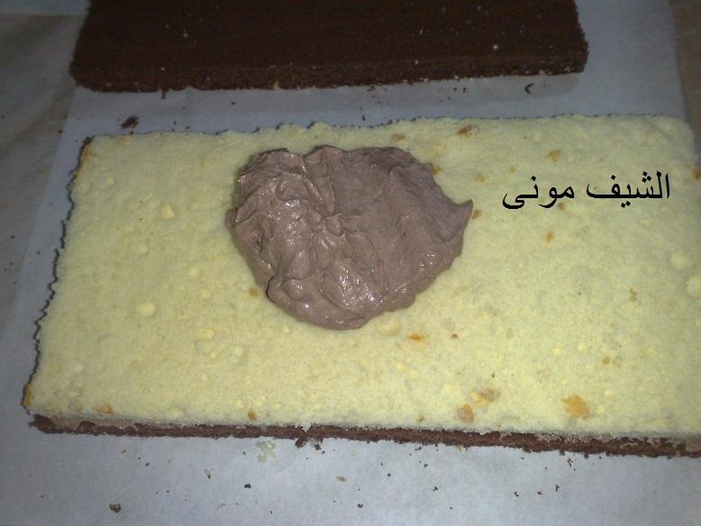 الخليط فى صينية مربعة على ورق خبز وندخله فرن حرارته