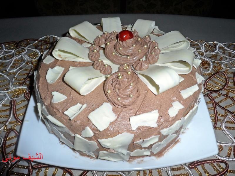 بيه الكيكة ونغلفها من برة بالكريم شانتى وهنعمل فيونكات الشوكولاته