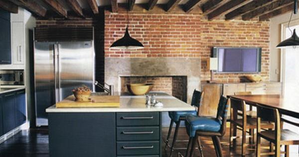 Intégrer une cheminée en pierres dans cuisine moderne
