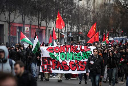 Banderole contre le sionisme et le fascisme, lors de la manifestation antifasciste du 9 février 2014 à Paris