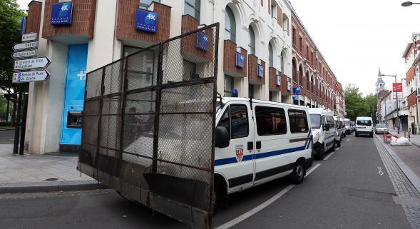 Les CRS bloquent l'accès au centre ville de Roubaix pendant le match Belgique-Algérie.