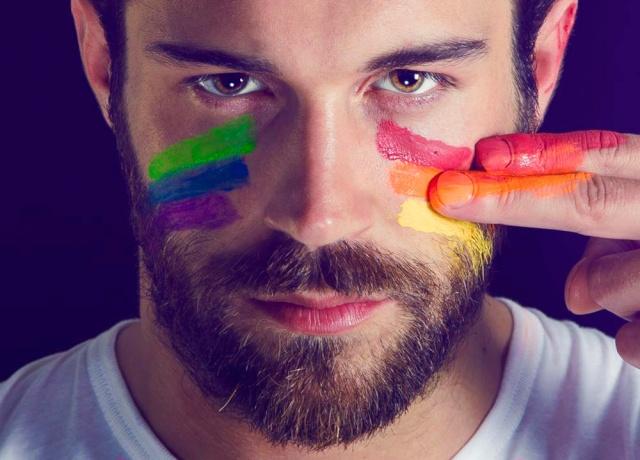 visage homme au peinture rainbow