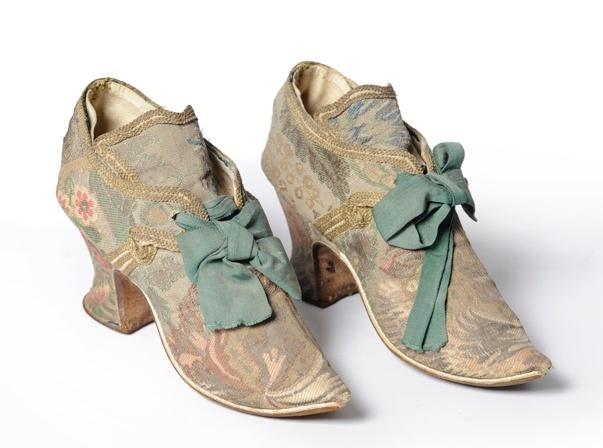 Je vous propose quelques belles photos de chaussures du XVIIIème siècle.